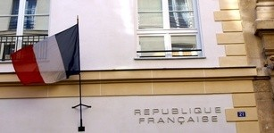 franzsische Flagge am Haus in Paris